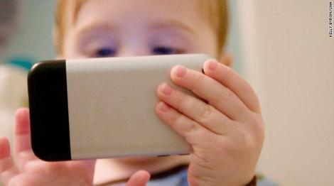 child-playing-on-smartphone