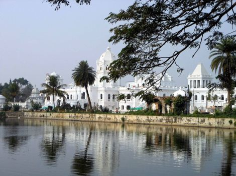 1024px-Ujjayanta_Palace_as_seen_from_the_Rajbari_Lakes
